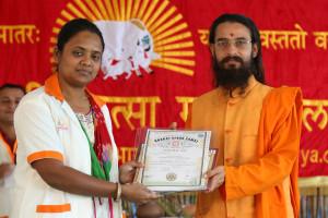 एम डी (पंचगव्य ) का प्रमाण पत्र प्राप्त करते हुए गव्यसिद्ध कविता जैन, प्रदान करते हुए स्वामी विशुद्धानन्द जी महाराज.