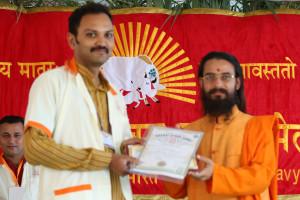 एम डी (पंचगव्य ) का प्रमाण पत्र प्राप्त करते हुए गव्यसिद्ध विशाल गुप्ता, प्रदान करते हुए स्वामी विशुद्धानन्द जी महाराज.
