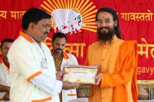 एम डी (पंचगव्य ) का प्रमाण पत्र प्राप्त करते हुए गव्यसिद्ध डॉ.तुलसीराम रावत, प्रदान करते हुए डॉ. जी मणि.