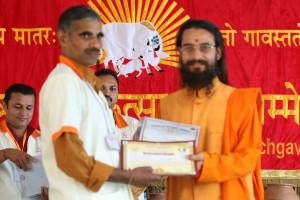 एम डी (पंचगव्य ) का प्रमाण पत्र प्राप्त करते हुए गव्यसिद्ध ज्ञानेंद्र कुमार, प्रदान करते हुए स्वामी विशुद्धानन्द जी महाराज.
