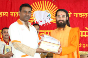 एम डी (पंचगव्य ) का प्रमाण पत्र प्राप्त करते हुए गव्यसिद्ध बेचालाल, प्रदान करते हुए स्वामी विशुद्धानन्द जी महाराज.