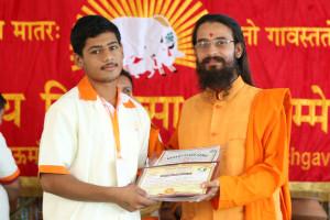 एम डी (पंचगव्य ) का प्रमाण पत्र प्राप्त करते हुए गव्यसिद्ध मोहित वर्मा, प्रदान करते हुए स्वामी विशुद्धानन्द जी महाराज.