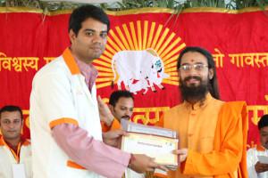 एम डी (पंचगव्य ) का प्रमाण पत्र प्राप्त करते हुए गव्यसिद्ध नितेश ओझा, प्रदान करते हुए स्वामी विशुद्धानन्द जी महाराज.