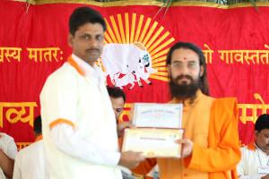 एम डी (पंचगव्य ) का प्रमाण पत्र प्राप्त करते हुए गव्यसिद्ध चंचल किशोर, प्रदान करते हुए स्वामी विशुद्धानन्द जी महाराज.