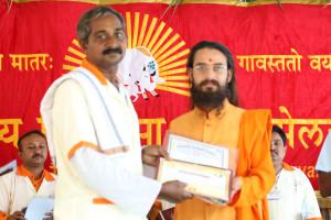 एम डी (पंचगव्य ) का प्रमाण पत्र प्राप्त करते हुए गव्यसिद्ध राजेंद्र प्रभाकर  बंजारी, प्रदान करते हुए स्वामी विशुद्धानन्द जी महाराज.