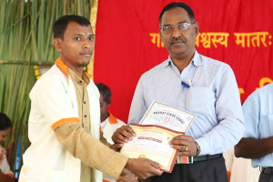 एम डी (पंचगव्य ) का प्रमाण पत्र प्राप्त करते हुए गव्यसिद्ध मनोरंजन साहू, प्रदान करते हुए स्वामी विशुद्धानन्द जी महाराज.