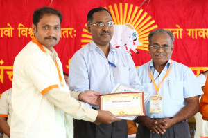 एम डी (पंचगव्य ) का प्रमाण पत्र प्राप्त करते हुए गव्यसिद्ध अंकुश गोडसे, प्रदान करते हुए स्वामी विशुद्धानन्द जी महाराज.