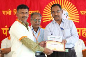 एम डी (पंचगव्य ) का प्रमाण पत्र प्राप्त करते हुए गव्यसिद्ध प्रताप यशवंत  कदम, प्रदान करते हुए डॉ. नारप्पा रेड्डी.