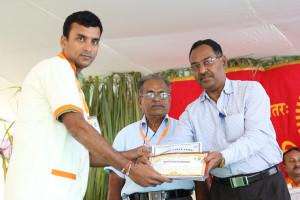 एम डी (पंचगव्य ) का प्रमाण पत्र प्राप्त करते हुए गव्यसिद्ध मधुसुदन सारडा, प्रदान करते हुए डॉ. नारप्पा रेड्डी.