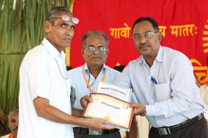 एम डी (पंचगव्य ) का प्रमाण पत्र प्राप्त करते हुए गव्यसिद्ध भूदेव् सिंह जशोरिया, प्रदान करते हुए डॉ. नारप्पा रेड्डी.