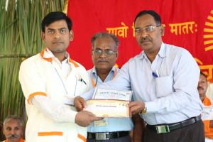 एम डी (पंचगव्य ) का प्रमाण पत्र प्राप्त करते हुए गव्यसिद्ध विश्राम सिंह, प्रदान करते हुए डॉ. नारप्पा रेड्डी.