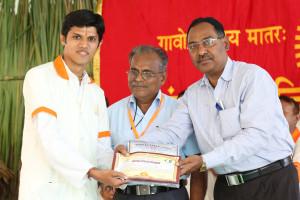 एम डी (पंचगव्य ) का प्रमाण पत्र प्राप्त करते हुए गव्यसिद्ध कृनाल भगवानजी  सोलंकी, प्रदान करते हुए डॉ. नारप्पा रेड्डी.
