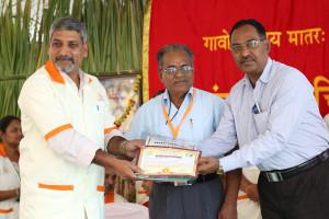 एम डी (पंचगव्य ) का प्रमाण पत्र प्राप्त करते हुए गव्यसिद्ध कर्नल नरेन्द्र यादव, प्रदान करते हुए डॉ. जी मणि.