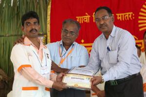 एम डी (पंचगव्य ) का प्रमाण पत्र प्राप्त करते हुए गव्यसिद्ध मनोहर श्रावन आकरे, प्रदान करते हुए डॉ.नारप्पा रेड्डी.
