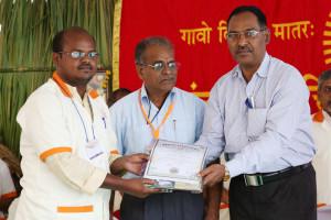 एम डी (पंचगव्य ) का प्रमाण पत्र प्राप्त करते हुए गव्यसिद्ध वसंत लक्ष्मीकान्त, प्रदान करते हुए डॉ.नारप्पा रेड्डी.