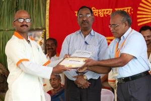 एम डी (पंचगव्य ) का प्रमाण पत्र प्राप्त करते हुए गव्यसिद्ध विकाश देशमुख, प्रदान करते हुए डॉ.नारप्पा रेड्डी.