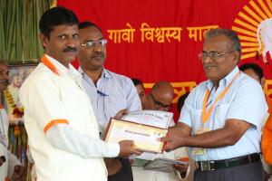 एम डी (पंचगव्य ) का प्रमाण पत्र प्राप्त करते हुए गव्यसिद्ध माने हितेंद्र शंकरराव, प्रदान करते हुए डॉ. जी मणि.