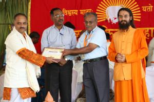 एम डी (पंचगव्य ) का प्रमाण पत्र प्राप्त करते हुए गव्यसिद्ध मिलिंद भास्कर धारप, प्रदान करते हुए स्वामी विशुद्धानन्द जी महाराज.