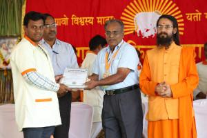 एम डी (पंचगव्य ) का प्रमाण पत्र प्राप्त करते हुए गव्यसिद्ध प्रमोद जनार्धन चोहान, प्रदान करते हुए डॉ. जी मणि.