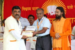एम डी (पंचगव्य ) का प्रमाण पत्र प्राप्त करते हुए गव्यसिद्ध राजाराम डोन्दिबा,  वरे प्रदान करते हुए डॉ. जी मणि.