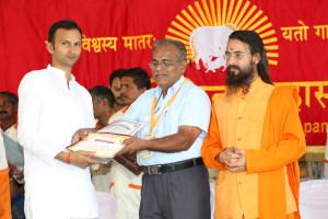 एम डी (पंचगव्य ) का प्रमाण पत्र प्राप्त करते हुए गव्यसिद्ध मुकेश सिंह, प्रदान करते हुए डॉ. जी मणि.