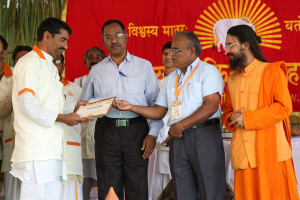 एम डी (पंचगव्य ) का प्रमाण पत्र प्राप्त करते हुए गव्यसिद्ध साहेब सुभाषराव कदम, प्रदान करते हुए डॉ. जी मणि.