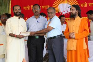एम डी (पंचगव्य ) का प्रमाण पत्र प्राप्त करते हुए गव्यसिद्ध रवि नारायण पाटिल, प्रदान करते हुए डॉ. जी मणि.