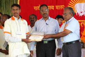 एम डी (पंचगव्य ) का प्रमाण पत्र प्राप्त करते हुए गव्यसिद्ध शालिकराम श्रीरामजी मैंद, प्रदान करते हुए डॉ. जी मणि.