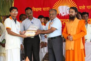 एम डी (पंचगव्य ) का प्रमाण पत्र प्राप्त करते हुए गव्यसिद्ध सुरेश कुमार  माली, प्रदान करते हुए डॉ. जी मणि.