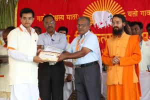एम डी (पंचगव्य ) का प्रमाण पत्र प्राप्त करते हुए गव्यसिद्ध प्रशांत कुमार देशलहरा, प्रदान करते हुए डॉ. जी मणि.