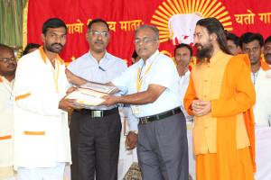 एम डी (पंचगव्य ) का प्रमाण पत्र प्राप्त करते हुए गव्यसिद्ध नामानंद आबा काम्बले, प्रदान करते हुए डॉ. जी मणि.
