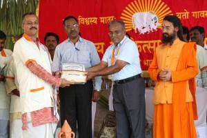 एम डी (पंचगव्य ) का प्रमाण पत्र प्राप्त करते हुए गव्यसिद्ध दीपक अरोड़ा , प्रदान करते हुए डॉ. जी मणि.