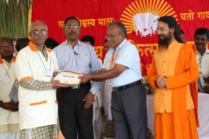 एम डी (पंचगव्य ) का प्रमाण पत्र प्राप्त करते हुए गव्यसिद्ध प्रदीप शिवमूर्ति सिंह, प्रदान करते हुए डॉ. जी मणि.