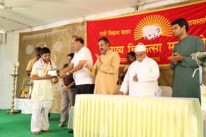 अमर बलिदानी राजीव भाई दीक्षित श्रेष्ठ पंचगव्य उत्पादक स्वर्ण सम्मान प्राप्त करते हुए गव्यसिद्ध मोहित वर्मा , प्रदान करते हुए श्री सज्जन रेडिकर.
