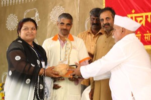 अमर बलिदानी राजीव भाई दीक्षित श्रेष्ठ पत्नी स्वर्ण सम्मान प्राप्त करते हुए श्रीमती ज्ञानेंद्र कुमार, प्रदान करते हुए क्रान्तिकारी वारकरी संप्रदाय के प्रमुख श्री बनडा तात्या कराडकर.