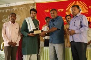 स्वर्ण पदक सम्मान प्राप्त करते हुए गव्य सिद्ध डॉ. नितेश ओझा, प्रदान करते हुए नारायण भाजी पटेल परिवार के प्रतिनिधि.