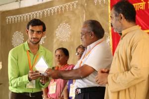 सम्मान प्राप्त करते हुए कार्यकर्ता