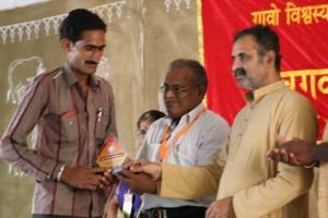 सम्मान प्राप्त करते हुए गोसेवक कार्यकर्ता