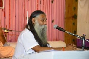 पंचगव्य चिकित्सा महासम्मेलन को संचालित करते हुए सेवारत्न पंचगव्य गुरुकुलपति गव्यसिद्धाचार्य डॉ. निरंजन वर्मा.