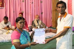 आयुर्वेदिक इनडस्ट्रिअल स्कूल, तमिलनाडु की निदेशिका डॉ. के कन्नामल के कर कमलों से प्रमाण पत्र ग्रहण करते हुए गव्यसिद्ध डॉ.