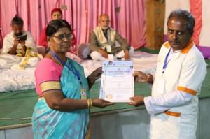 आयुर्वेदिक इनडस्ट्रिअल स्कूल, तमिलनाडु की निदेशिका डॉ. के कन्नामल के कर कमलों से प्रमाण पत्र ग्रहण करते हुए गव्यसिद्ध डॉ. प्रभु निलाझ्कर.