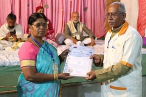 आयुर्वेदिक इनडस्ट्रिअल स्कूल, तमिलनाडु की निदेशिका डॉ. के कन्नामल के कर कमलों से प्रमाण पत्र ग्रहण करते हुए गव्यसिद्ध डॉ. प्रदीप सिंह.