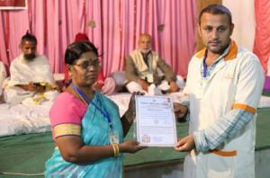 आयुर्वेदिक इनडस्ट्रिअल स्कूल, तमिलनाडु की निदेशिका डॉ. के कन्नामल के कर कमलों से प्रमाण पत्र ग्रहण करते हुए गव्यसिद्धाचार्य डॉ. विनोद.