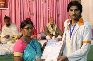 आयुर्वेदिक इनडस्ट्रिअल स्कूल, तमिलनाडु की निदेशिका डॉ. के कन्नामल के कर कमलों से प्रमाण पत्र ग्रहण करते हुए गव्यसिद्ध डॉ. रीतीन शर्मा.