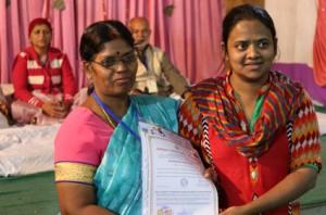 आयुर्वेदिक इनडस्ट्रिअल स्कूल, तमिलनाडु की निदेशिका डॉ. के कन्नामल के कर कमलों से प्रमाण पत्र ग्रहण करते हुए गव्यसिद्ध डॉ. कविता जैन.