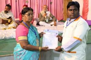 आयुर्वेदिक इनडस्ट्रिअल स्कूल, तमिलनाडु की निदेशिका डॉ. के कन्नामल के कर कमलों से प्रमाण पत्र ग्रहण करते हुए गव्यसिद्ध डॉ