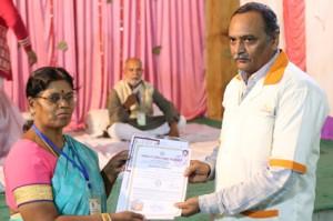 आयुर्वेदिक इनडस्ट्रिअल स्कूल, तमिलनाडु की निदेशिका डॉ. के कन्नामल के कर कमलों से प्रमाण पत्र ग्रहण करते हुए गव्यसिद्ध डॉ. सूरज