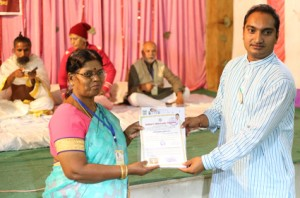 आयुर्वेदिक इनडस्ट्रिअल स्कूल, तमिलनाडु की निदेशिका डॉ. के कन्नामल के कर कमलों से प्रमाण पत्र ग्रहण करते हुए गव्यसिद्धाचार्य डॉ. हरेश ठाकर.