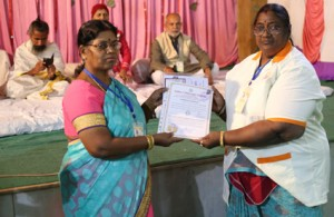 आयुर्वेदिक इनडस्ट्रिअल स्कूल, तमिलनाडु की निदेशिका डॉ. के कन्नामल के कर कमलों से प्रमाण पत्र ग्रहण करते हुए गव्यसिद्ध डॉ. मीनाक्षी.