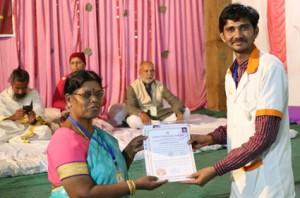 आयुर्वेदिक इनडस्ट्रिअल स्कूल, तमिलनाडु की निदेशिका डॉ. के कन्नामल के कर कमलों से प्रमाण पत्र ग्रहण करते हुए गव्यसिद्ध डॉ. कमलेश्वर सोलंकी.
